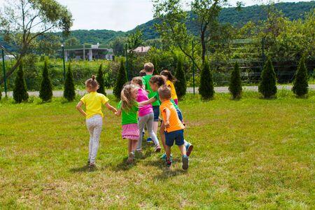 活跃的孩子在草坪上玩奥特拉姆