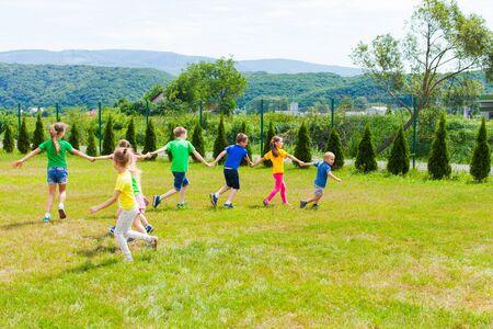 孩子们跑手和收集其他人
