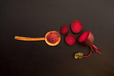 Top view of Beetroot Powder in wooden spoon 版權商用圖片