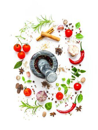 トマトと様々なハーブやスパイスは白い背景に分離され、トップビュー 写真素材