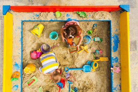 Widok z góry na gry dla dzieci w piaskownicy