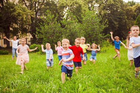 Large group of kids running in the park Foto de archivo