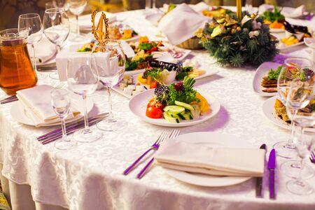 Moderne Küche am bedienten Tisch im Restaurant