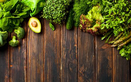 Set of green vegetables and greens on a wooden background. Mono color food diet for detoxification Standard-Bild - 139603005