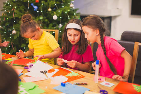 Cooperation and support between kids at Christmas workshop Standard-Bild