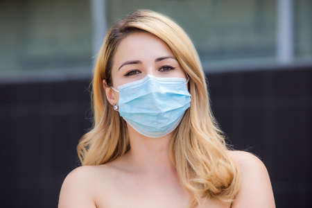 The girl walks around the city in a face mask Stockfoto