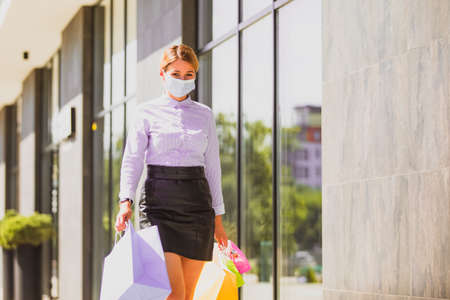 Stylishly dressed woman with packages in the city Stockfoto