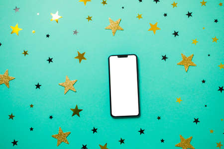 Smartphone with white screen surrounded by golden stars Stockfoto