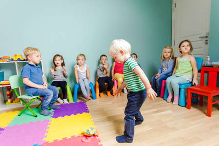 Preschool kids can be engaged into listening Imagens