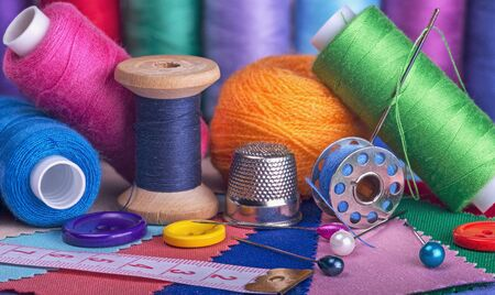 Coils with pins, needle, thimble tape measure and pieces of cloth. Stockfoto