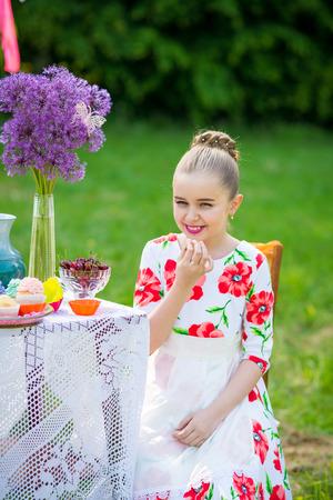 niños desayunando: Hermosa niña tiene desayuno