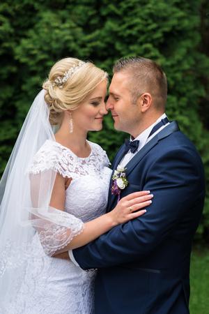 curare teneramente: Sposa e sposo nel parco