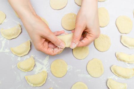 Womans hands make ravioli Banque d'images