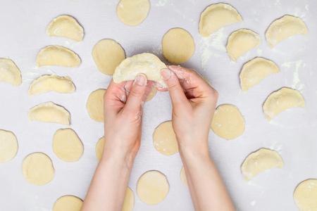 梨花の手のラビオリを作る
