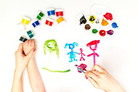 Childs Hände malen eine Familie Standard-Bild