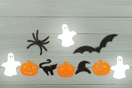 silueta de gato: Halloween holiday background with three pumpkins, cat, spider, bats, hat and three ghosts