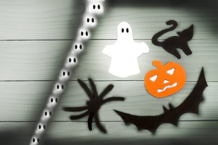 silueta de gato: Top view of Halloween paper silhouette of different characters made of horizontal frame on grey wooden background. Halloween holiday concept. Copy space