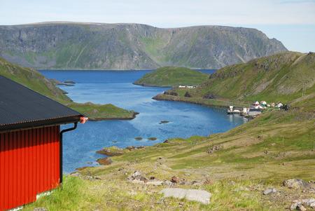 rigorous: Mageroya � un'isola nella contea di Finnmark all'estremo nord della Norvegia Ci sono fiordi blu, colline ricoperte di muschio e scogliere e piccoli villaggi di pescatori Archivio Fotografico