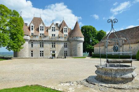extant: El castillo en s� es un monumento hist�rico. Vinos dulces botritizadas se han hecho en Monbazillac durante siglos.