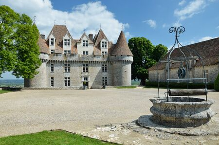 sump: The castle itself is a listed historical monument. Sweet botrytized wines have been made in Monbazillac for centuries.