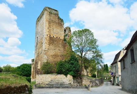 extant: Torre�n en ruinas es todo lo que queda de la gran fortaleza que sirvi� durante la Guerra de los Cien A�os.