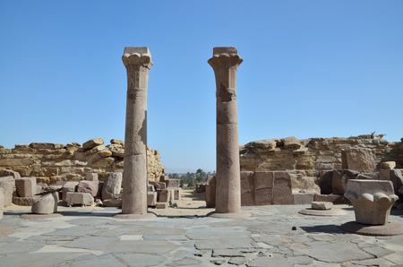 extant: Las columnas existentes est�n en el patio antes de la pir�mide Sahura ruinas en Saqqara necr�polis. Foto de archivo