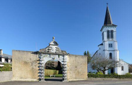 extant: El umbral es el �ltimo vestigio de la abad�a Lay en las Aramits ciudad francesa.