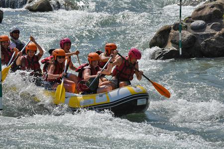 Pau, Francia - 6 Giugno 2015: Una zattera si sta muovendo attraverso riffles Whitewater a Pau Pirenei Bianco Stadio sull'Acqua.