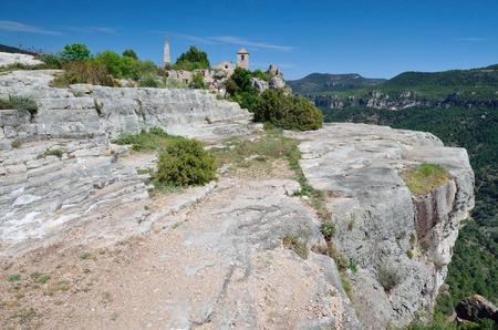 extant: El antiguo peque�o pueblo se conserva en el borde del acantilado en las monta�as de Prades.