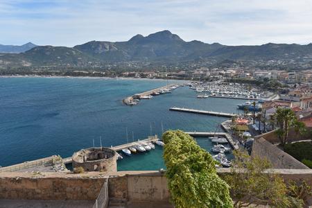 literas: Calvi se encuentra en la gran bahía protegida. Es popular entre los visitantes, ya que combina una ciudad histórica y un puerto.