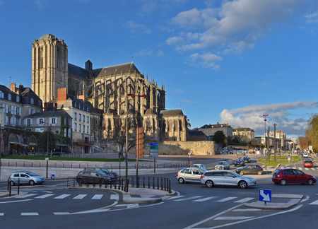 The cathedral is situated in the old town (known as Vieux Mans or the Cite Plantagenet). Its ancient huge building dominates above the modern street with many cars.