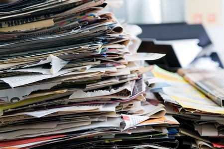messy office: Pila di vecchi giornali pronti per il riciclaggio Archivio Fotografico