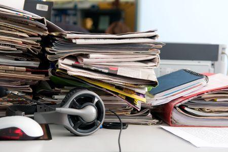 messy office: Cuffie con microfono e un pasticcio sul tavolo Archivio Fotografico