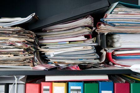 messy office: caso disordinato con una pila di documenti Archivio Fotografico