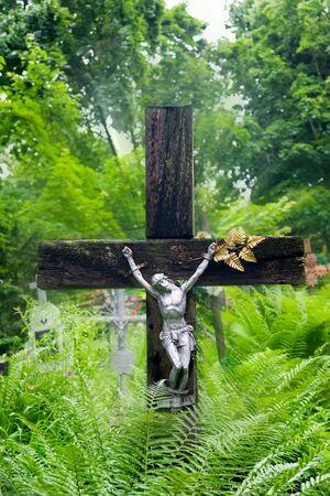 sanctity: La crocifissione su una tomba al cimitero vecchio, generata Archivio Fotografico