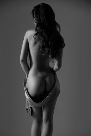 naked woman back: Silhouette einer nackten Frau mit einem Satin-Tuch in seinen H�nden