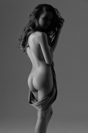 mujeres desnudas: Silueta de una mujer desnuda con un pa�o de raso en sus manos