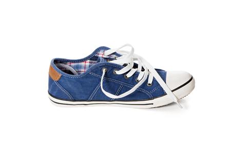 untied: Vista lateral de calzado deportivo de color azul con los cordones desatados en el fondo blanco