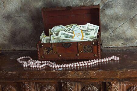 prosperidad: El almacenamiento de dinero en efectivo en su casa en una caja Foto de archivo