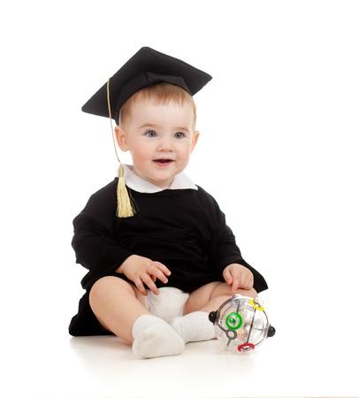 conundrum: Bambino in abiti Accademici con Rubik