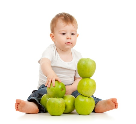 piramide humana: Adorable ni�o con manzanas verdes
