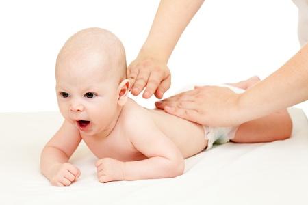 massage enfant: la mère lui masser bébé garçon