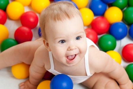 baby angel: Ritratto di un bambino adorabile, seduto in mezzo palline colorate