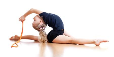 gimnasia ritmica: joven haciendo gimnasia sobre fondo blanco