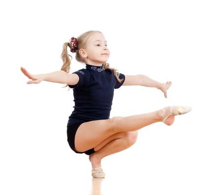 gymnastik: ung flicka gör gymnastik över vit bakgrund