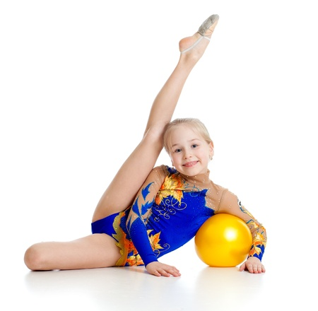 gimnasia aerobica: gimnasta de chica guapa con la bola amarilla