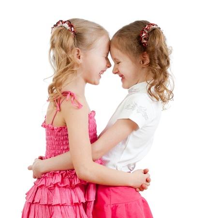 due amici: Sorridendo e abbracciando ragazze carine, migliori amici.