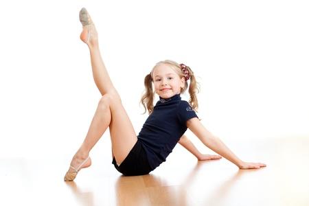 rhythmic gymnastics: niña bonita haciendo gimnasia sobre fondo blanco