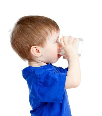 vaso de leche: beb� yogur bebible o kefir sobre blanco Foto de archivo