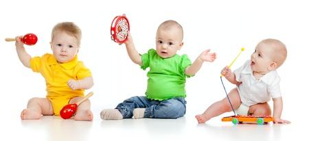 bebe gateando: Los niños que juegan con los juguetes musicales aisladas sobre fondo blanco